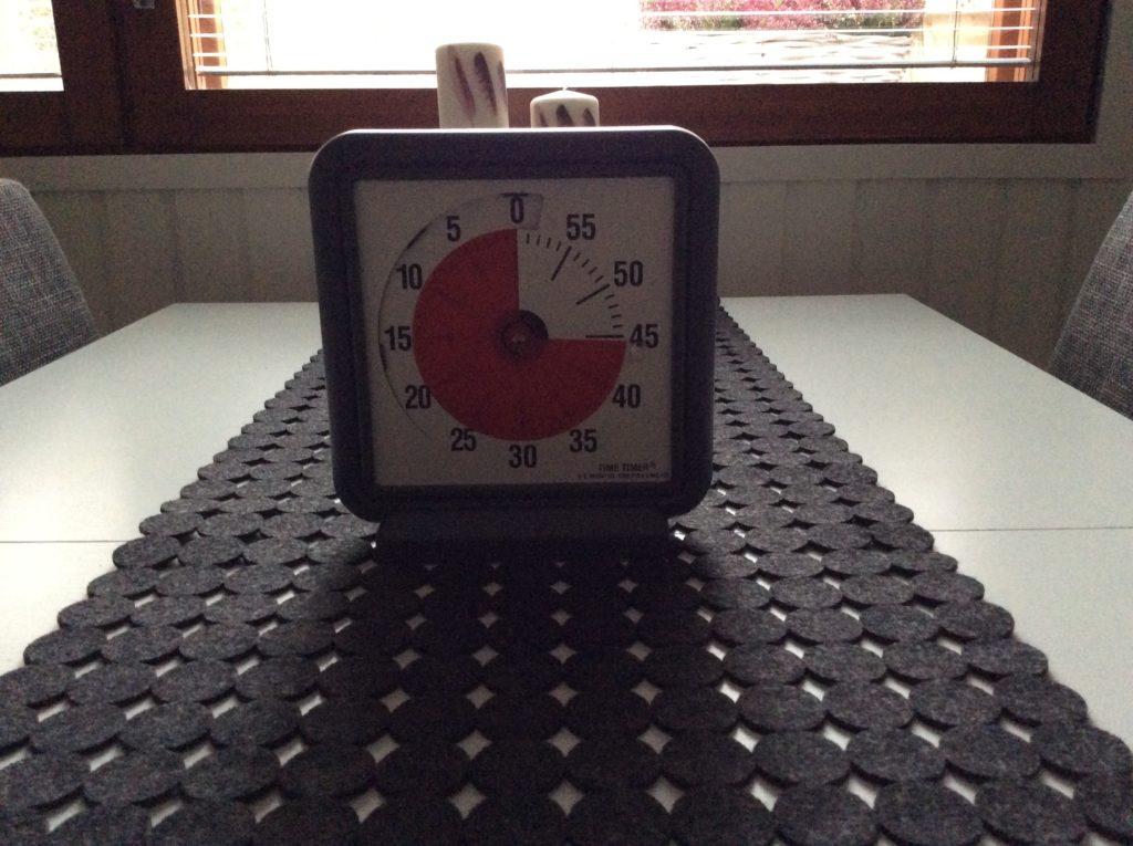Kuvassa on time-timer, joka auttaa ajan hahmottamisessa.