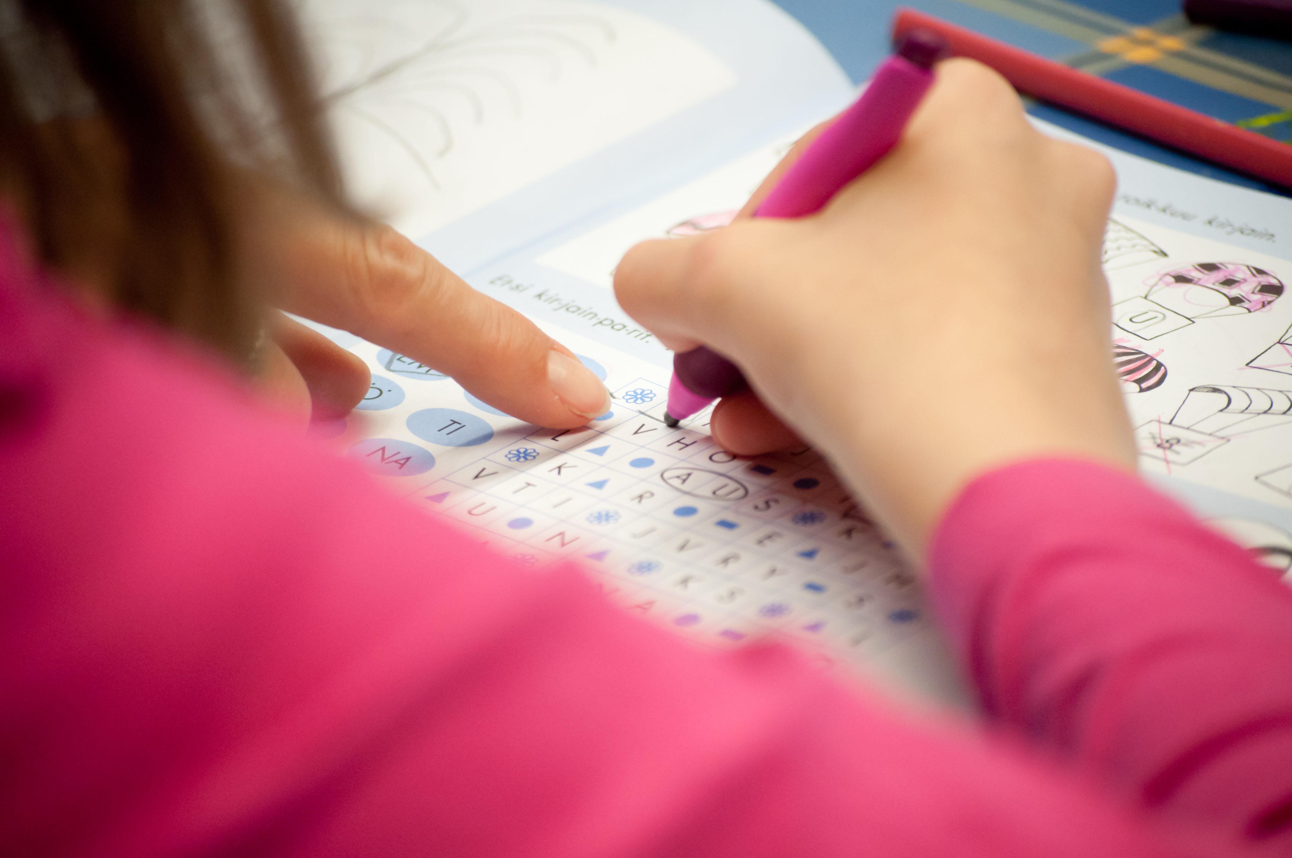 Oppilas tekee koulutehtäviä.