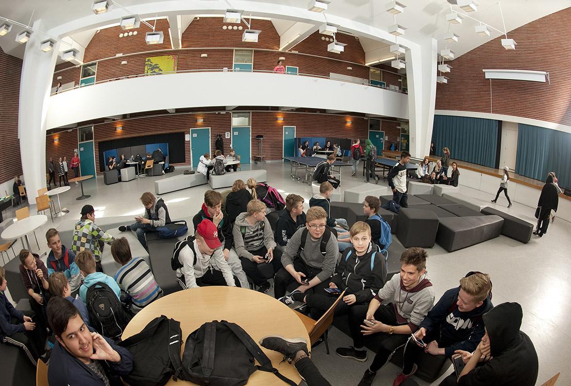 Imatran Vuoksenniskan koulun oppilaita aulatiloissa.