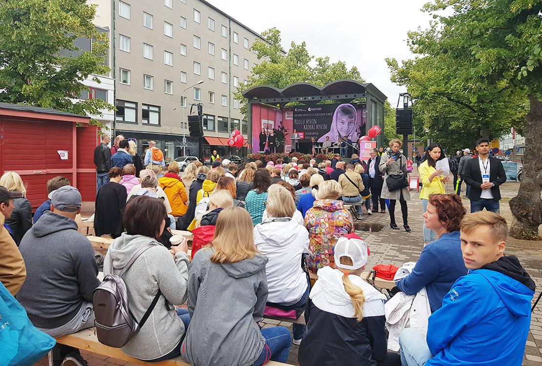 SuomiAreenan yleisöä Koulu hyvin, kaikki hyvin -paneelissa.