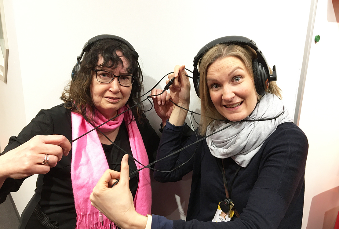 Kuvassa Heini Lind ja Kirsi Salonen selvittelevät kuulokkeiden piuhoja.