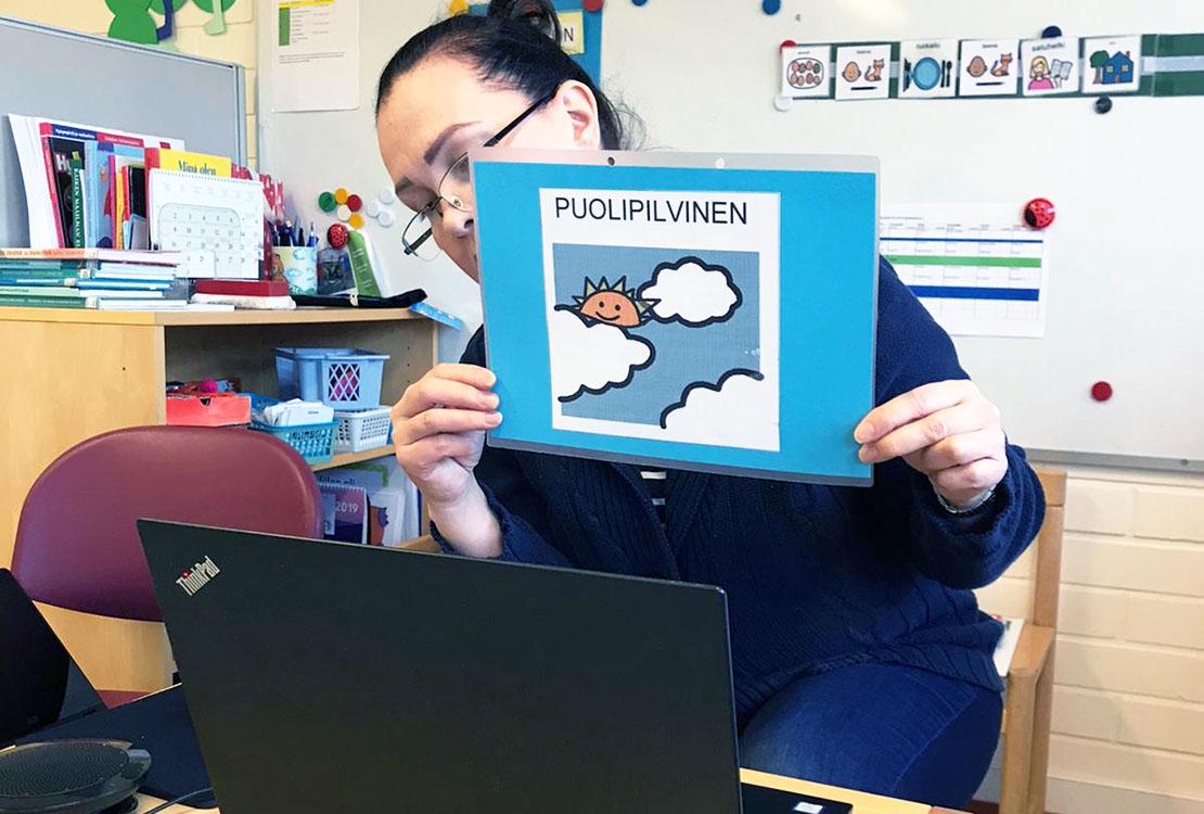 Taina Niskanen näyttää tietokoneen kautta kuvaa oppilaalle.