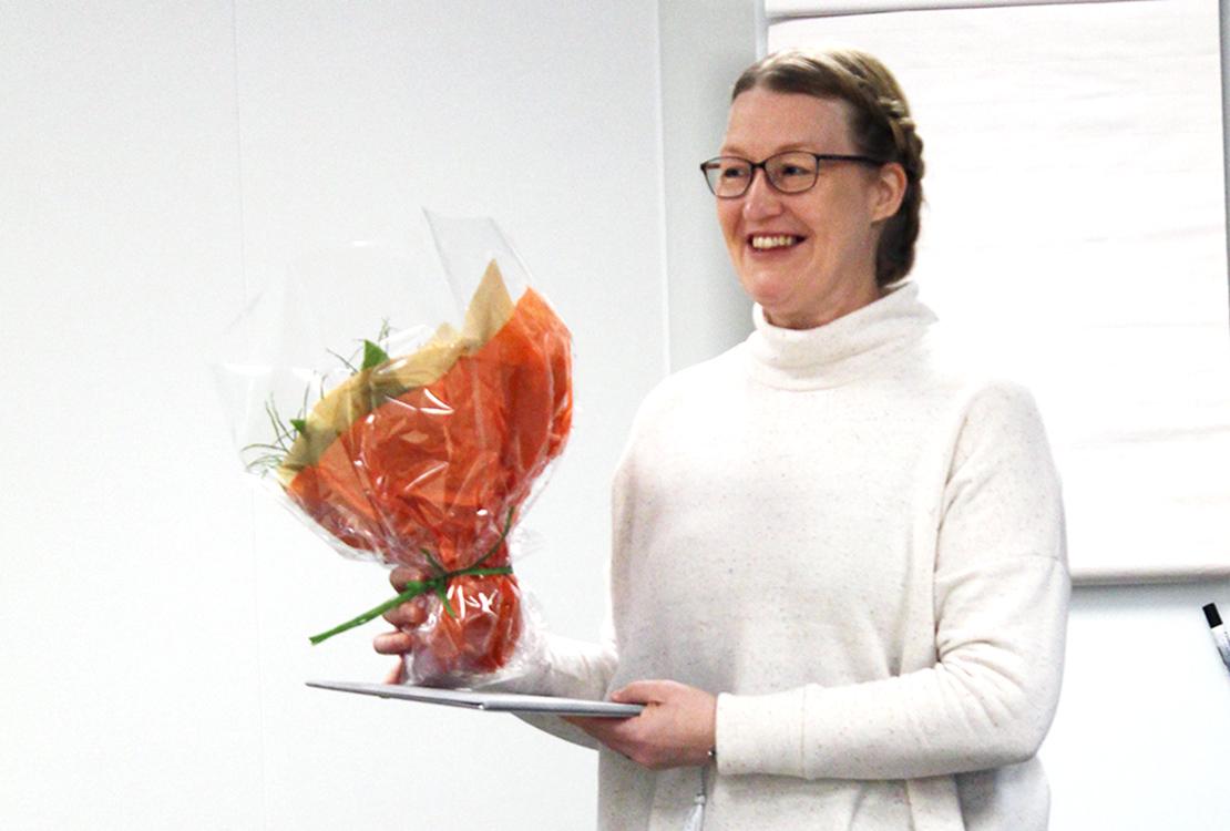 Kuntoutuspäällikkö Mari Jokitalo-Trebs vastaanotti Yhdenvertaisuuspalkinnon.