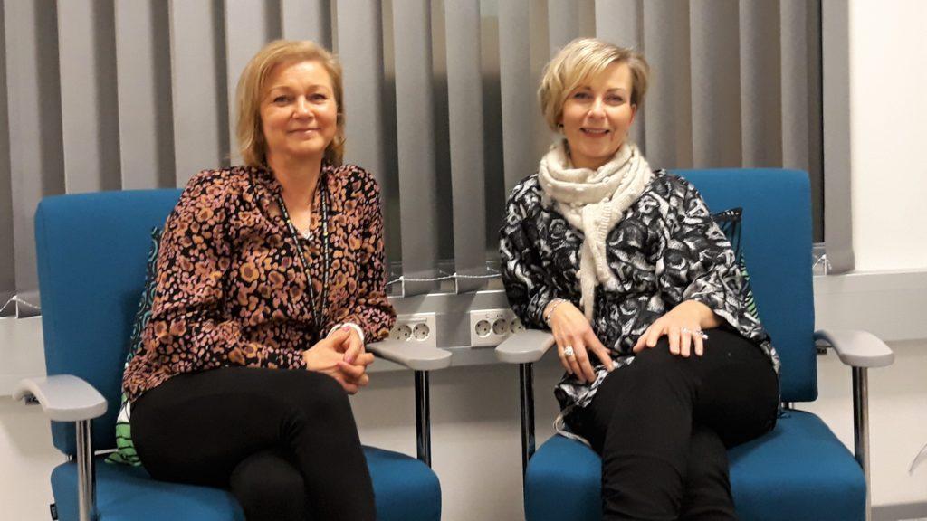 Valterin ohjaavat opettajat Jaana Veteläinen ja Minna Vuolukka istuvat turkoosinsinisillä tuoleilla vierekkäin.