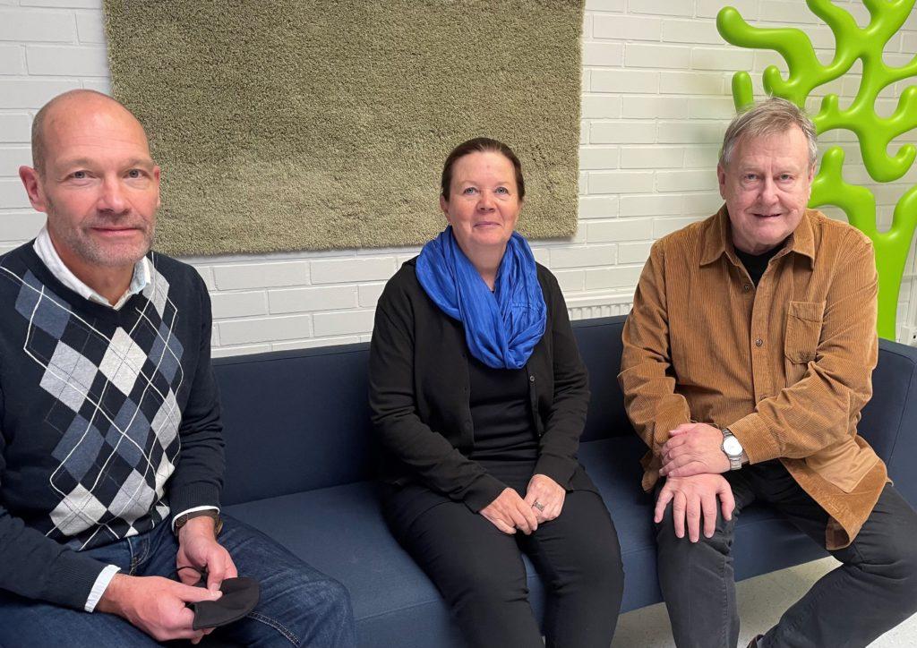 Sohvalla istuu Oppimis- ja ohjauskeskus Valterin johtokunnan jäsenet Rikard Lindström, Tarja Mänty ja Timo Ahonen.